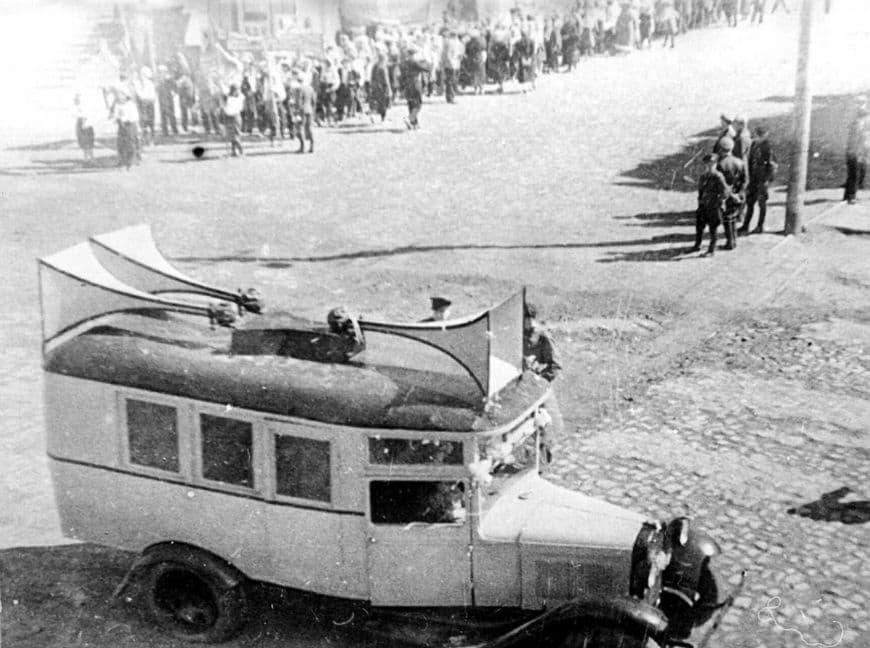 Первомайская демонстрация на ул. Советской, Ижевск. Фото из окна Обкома Партии. 1930-е годы.