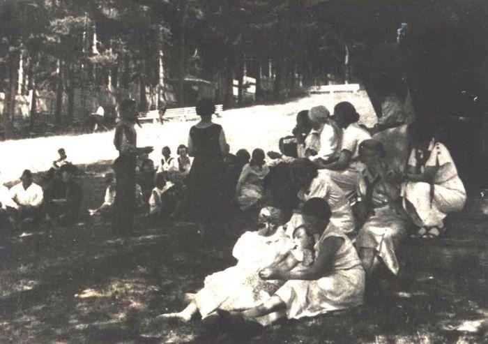 Отдыхающие в парке Кирова, лето 1938 года. Ижевск.