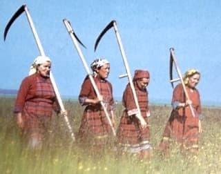 Удмуртская республика. женщины в национальной одежде.
