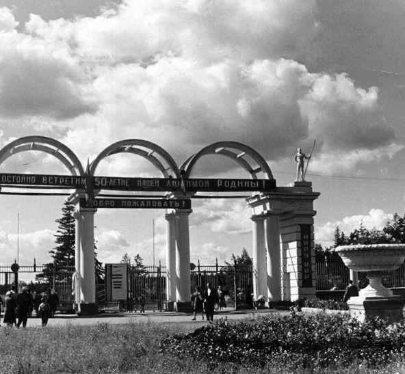 Арки над входом в парк имени Кирова. Колонны увенчаны античными статуями спортсменов.