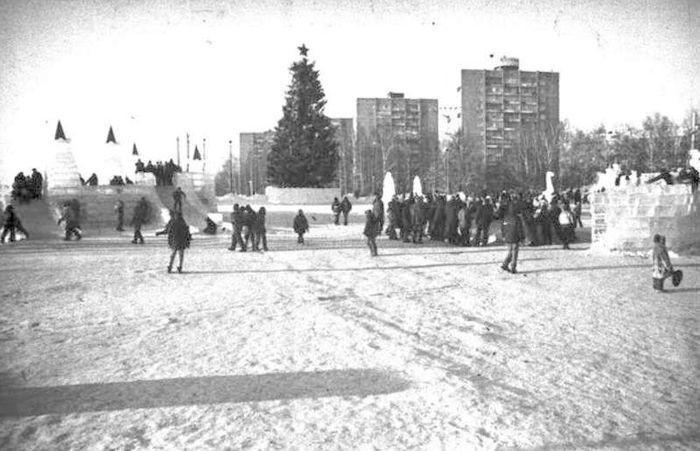 Новогодние праздники на Центральной площади Ижевска. 2000 год.