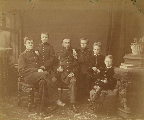 Уникальная фотография XIX века - генерал Василий Иванович Новиков командир Ижевского завода и его сыновья.