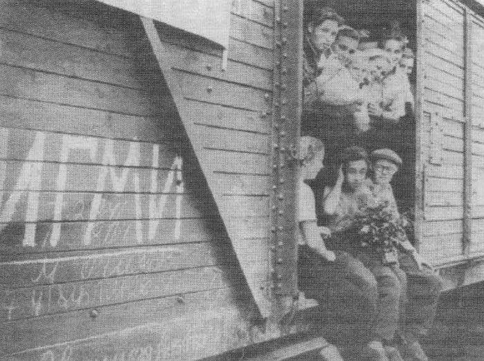 Студенты Ижевского государственного медицинского института в товарных вагонах на станции Ижевск.