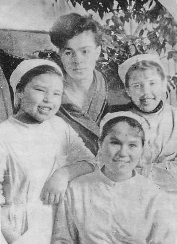 Медсестры и раненый боец эвакогоспиталя №3674 (школа №22 г.Ижевск). 1943 г.