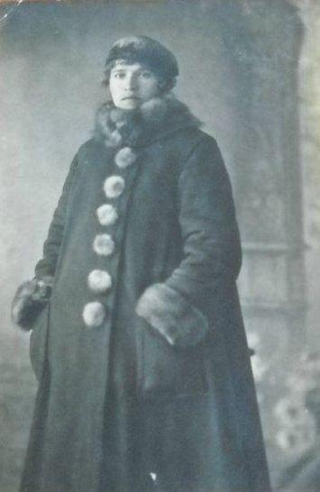 Женщина в пальто. 1919 год Глазов.