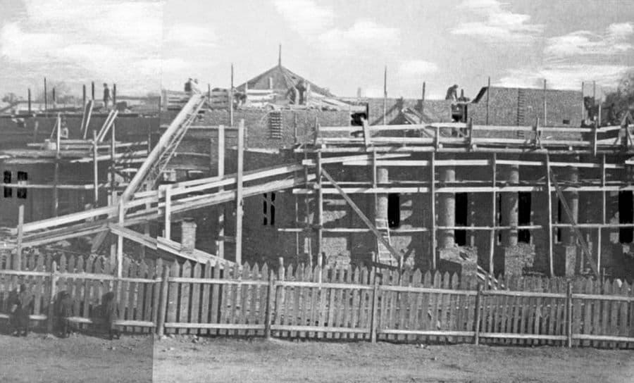 Старый цирк строится... 1940-1943 гг.. Ижевск.