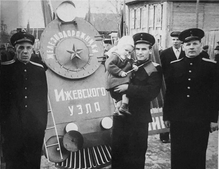 Демонстрация железнодорожников Ижевского узла примерно 1950-е годы.