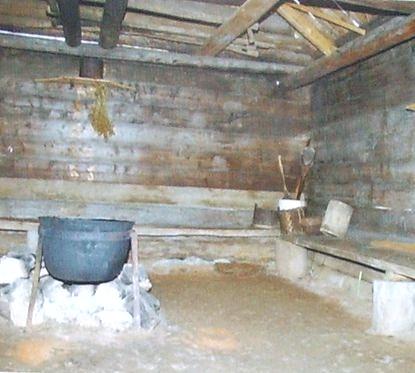 Домашняя куала - место для молений. В тёплое время служила летней кухней.