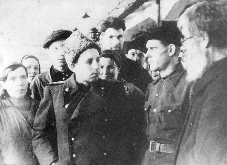 М.А.Иванов, директор Госуд. Союзного завода №74 среди рабочих. 1944 г.