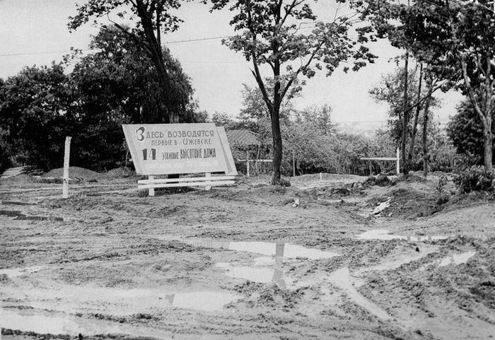 Здесь возводятся первые в Ижевске 14 этажные дома. Щит перед стройкой. Фото 1968 г. Из коллекции С. Жилина.