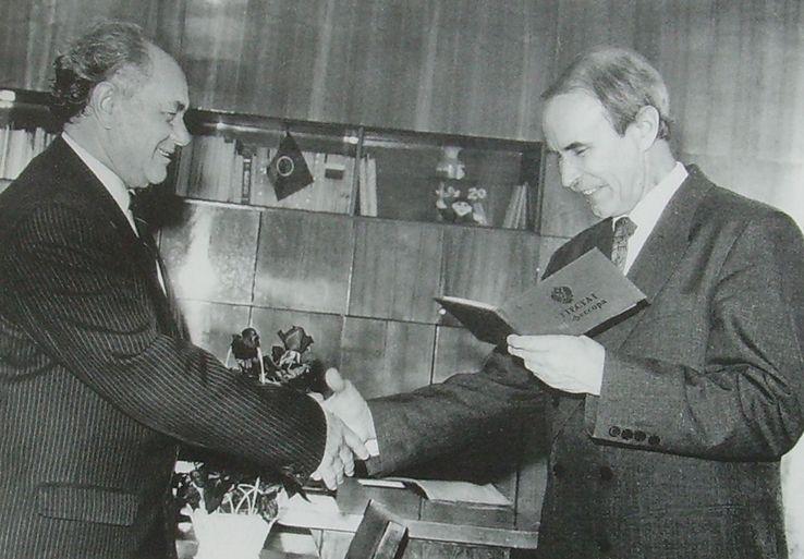 Ректор УдГУ Журавлев В.А. вручает Кудинову В.И. диплом профессора. 1996 год