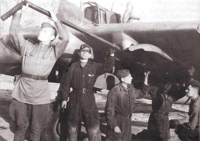 Орудие НС-37 подвешенное под крылом штурмовика ИЛ-2