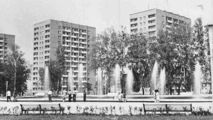 """Фонтаны на центральной площади и 14-этажки. Фото из альбома """"Архив ЦДНИ УР: фото 1960-1970 гг""""."""