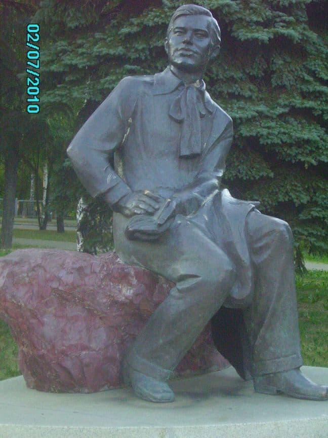 Памятник Удмуртскому литератору и общественному деятелю Кузебаю Герду установлен напротив Карлутской площади, рядом с Национальным музеем.