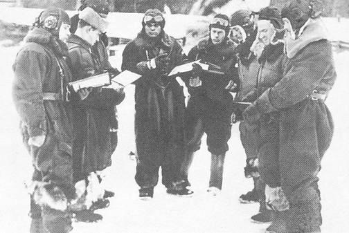 Макаров Зосим Исаакович (в центре) перед взлётом. 1942 г.
