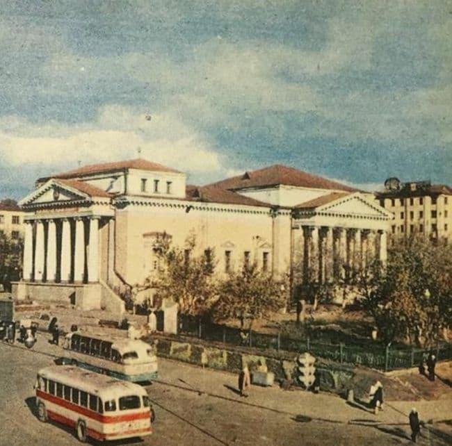Сквер у кинотеатра Колосс, середина 1960-х. Ижевск.