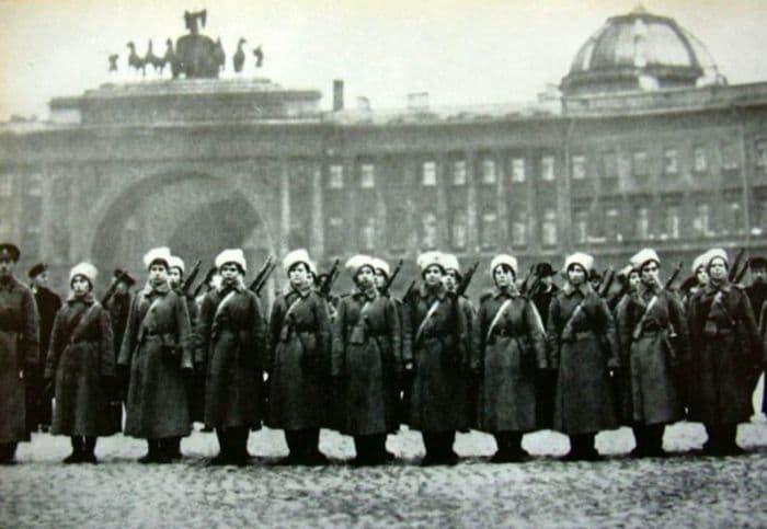 Рота 1-го Петроградского женского батальона, вставшая на защиту Зимнего дворца.  24 октября 1917 г.