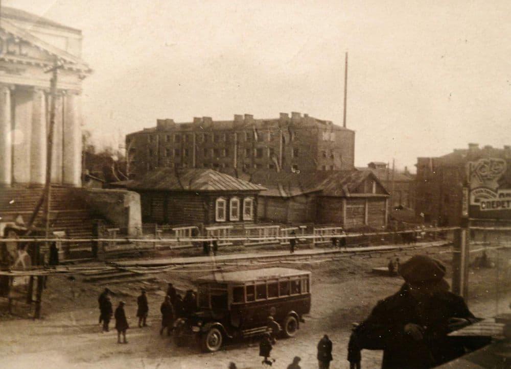 Площадь им.Пастухова, 1930-е. Ижевск. Видна труба новой коммунальной прачечной. У автобуса стоят пассажиры.