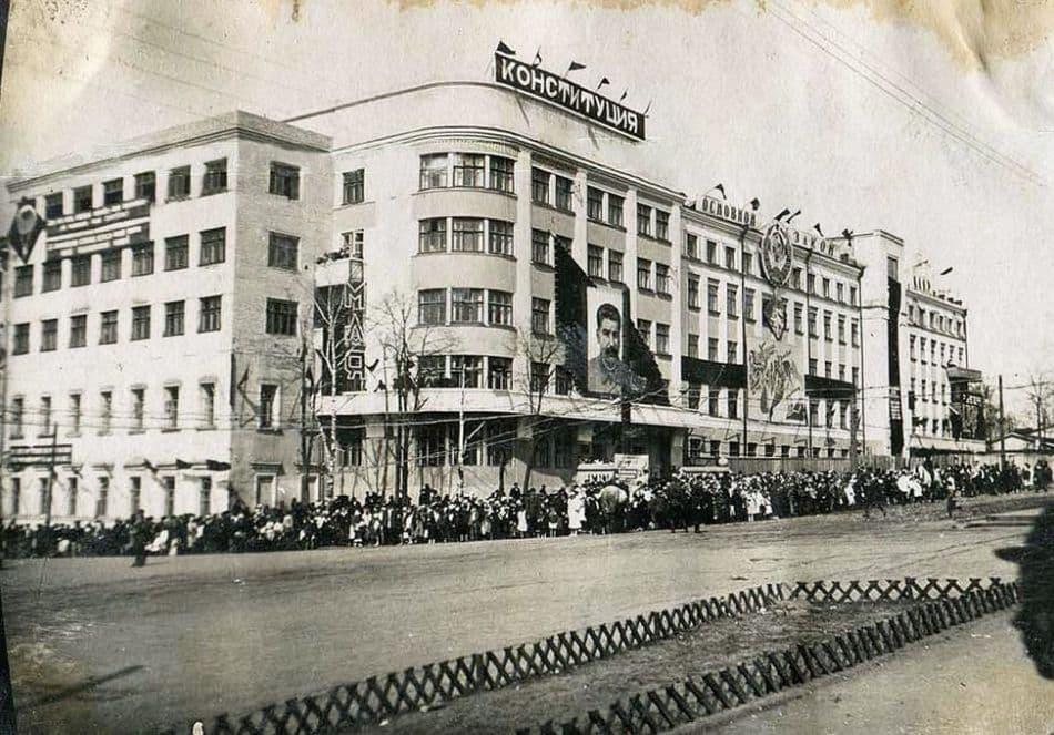 1 мая 1937 года. Здание дома Правительства УАССР. Фото сделаны политруком внутренних войск НКВД Александром Вячкилевым.