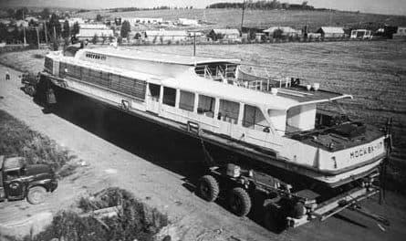 Доставка теплохода Москва-117 в Ижевск. 1982 год. Фотограф Ф.А. Жемелев