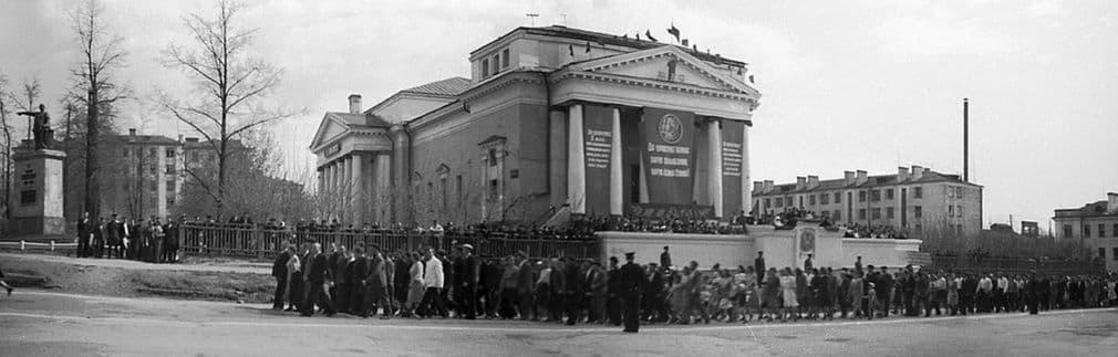 Демонстрация 1 мая 1949 года. Александро-Невский собор уже без купола. Слева стоит памятник И.Д.Пастухову.