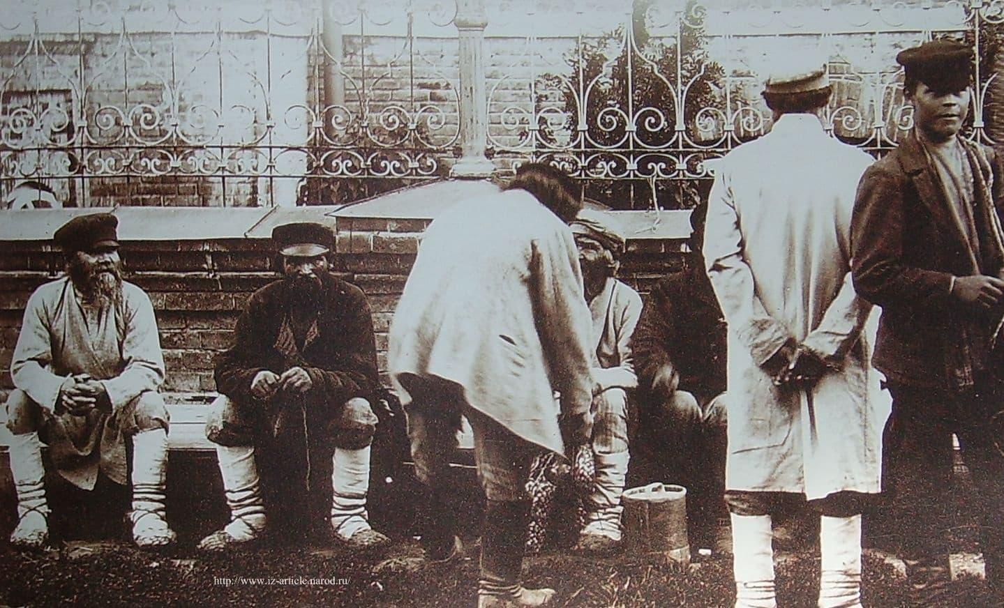 Группа удмуртов в базарный день на Соборной площади. Глазов. Снимок 1910-1914 гг. Фотограф Молчанов П.