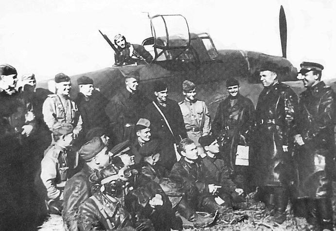 Лётчик-штурмовик, командир эскадрильи 91-го гвардейского авиаполка 4-й гвардейской штурмовой авиадивизии Макаров З.И. (стоит, третий слева, в гимнастёрке) с однополчанами. 1942 г.