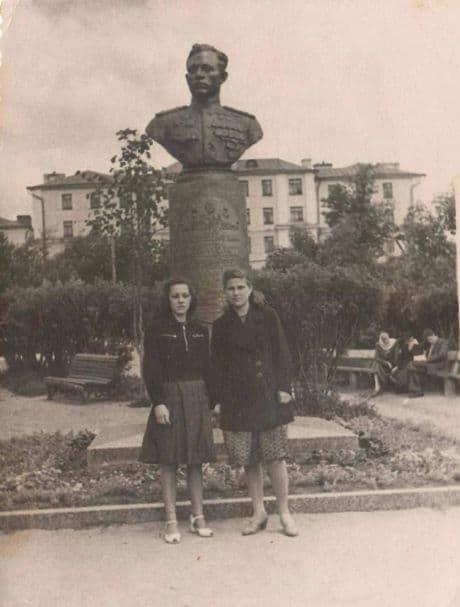 Сквер у кинотеатра Колосс. Ижевск. Фото у памятника Е.Кунгурцеву, 1950-е г.