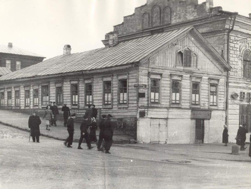 Дом Гатиатуллина и мусульманская столовая (несущестуют), перекрёсток Коньшина переулка и улицы Базарной. В настоящее время не существуют. Ижевск.