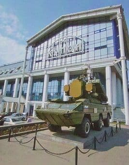 Монумент ЗРК Оса открыт в 2005 году у проходной ОАО ИЭМЗ КУПОЛ