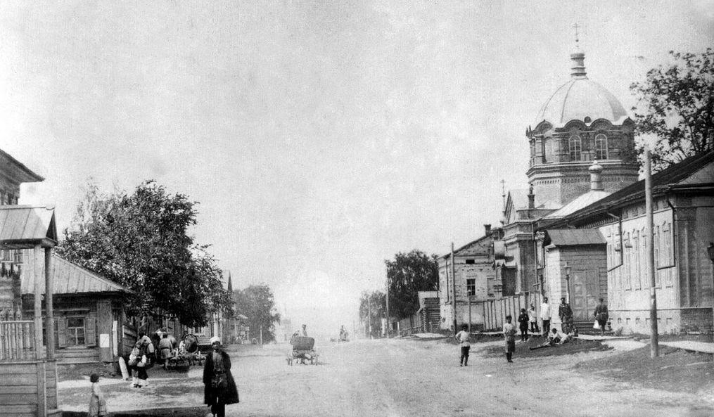 Улица Троицкая 1898 г. Ижевск. Справа стоит Пророко-Ильинский храм, рядом с ним Гражданский клуб. На горизонте видна башня Главного корпуса оружейного завода.