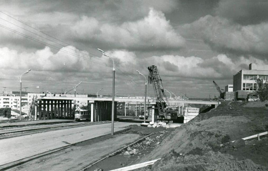 Строительство моста через улицу К.Маркса. Фото лето 1977 года.