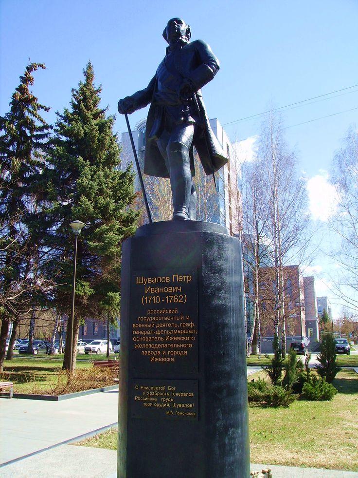 Памятник графу Шувалову в Ижевске.