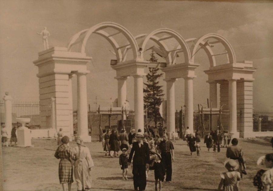 У главного входа в Парк Кирова, фото 1950-х годов. Ижевск.