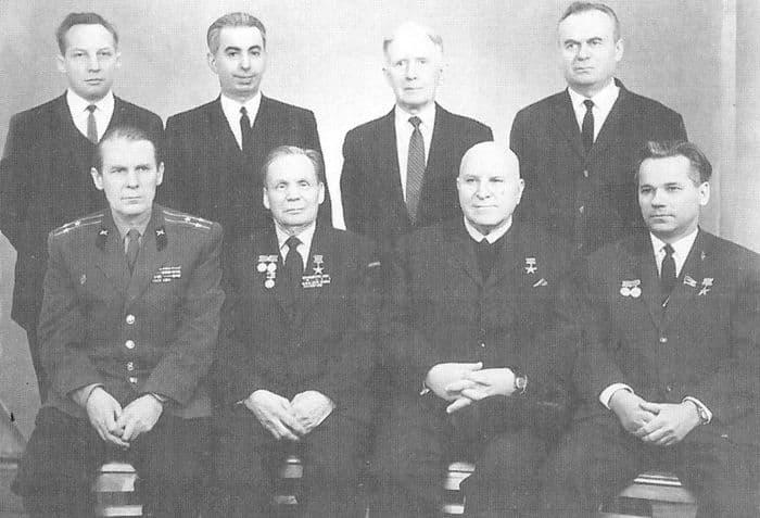 Слева направо, первый ряд: полковник А.А.Сотников, конструкторы стрелкового оружия С.Г.Симонов, Б,Г.Шпитальный, М.Т.Калашников; второй ряд: ст. н. с. Л.А.Бобовский, ученый секретарь музея Д.Н.Болотин, неизвестный. ВИМАИВиВС. 23 февраля 1969 г.