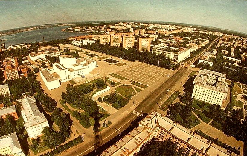Центральная площадь Ижевска с телевышки. Улица Пушкинская. Дом Правительства.