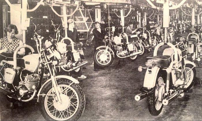 Главный сборочный конвейер мотоциклов «Иж» Фото: 1983 год.