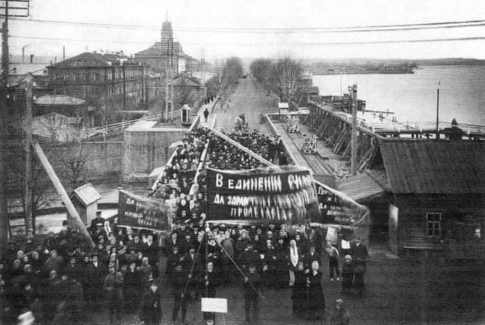 Ижевск, Первомайская демонстрация 1918 г. Ижевский завод. Фото ижевской плотины.
