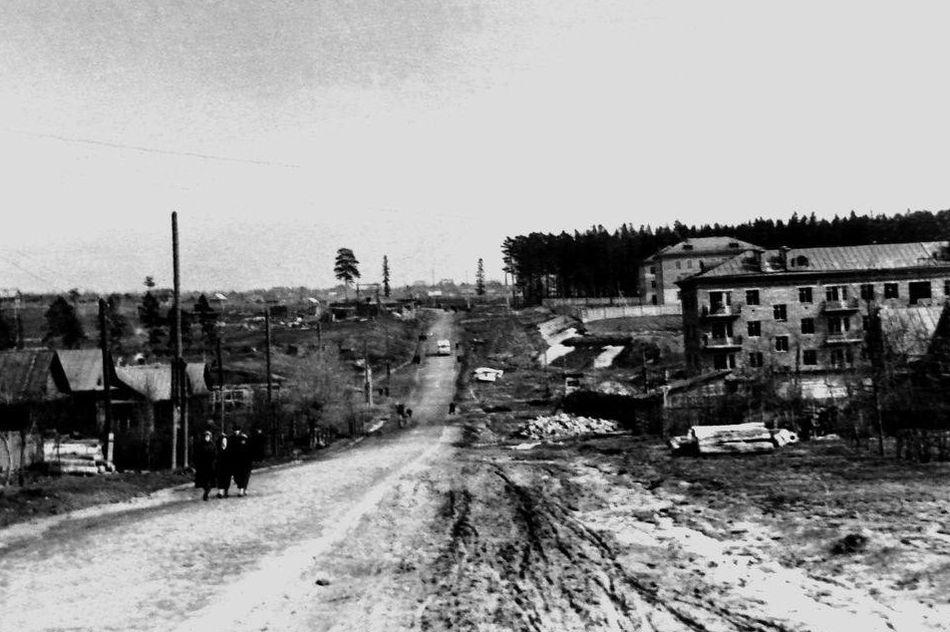 1950-е годы. Улица Ленина (тогда ещё Труда), вид от центра города в сторону Восточного поселка. Строящийся жилой дом справа – Ленина, 96. Ижевск.
