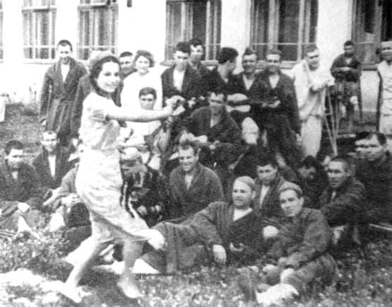 Медсестра Ставинская О.Я. выступает перед ранеными. 1943 г. Ижевск. Эвакогоспиталь.