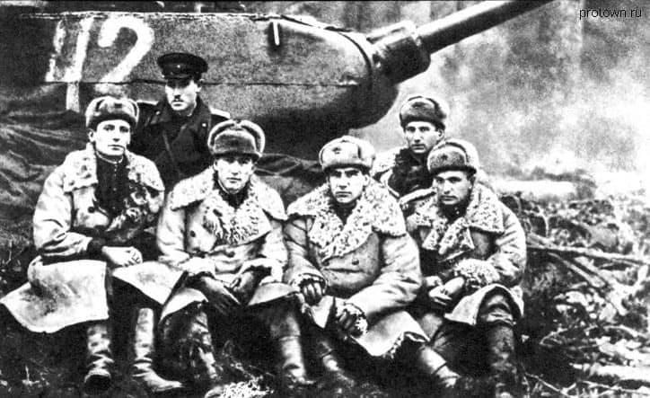 Группа офицеров в штабе 143 отдельной танковой бригады.