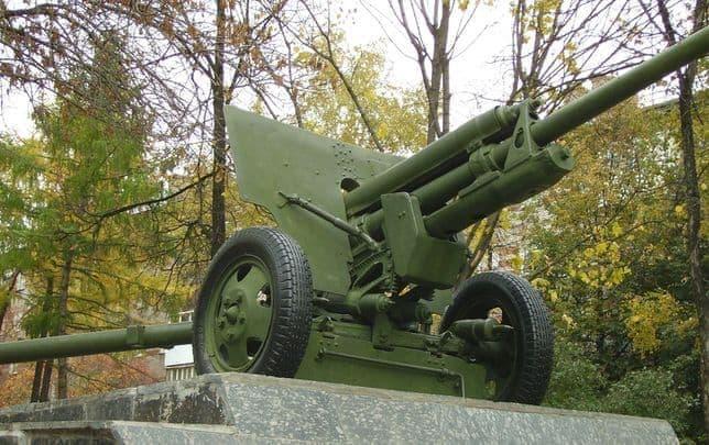 Памятник пушка, в честь противотанкового артдивизиона в Ижевске. ВОВ.