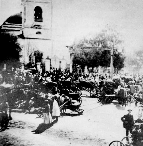 Площадь перед церковью в базарный день. Село Грахово.