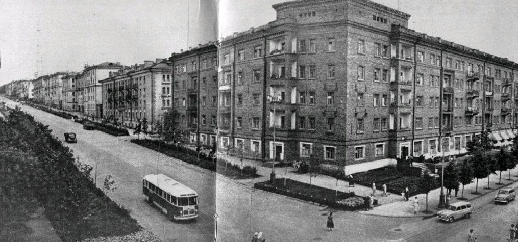 Перекресток Пушкинская-Советская, 1959 год Угловые балконы на Советской, 19 уже сломали, остальные снесут в 60-х. На Пушкинской, 190 тоже еще балконы все целые. Ижевск.