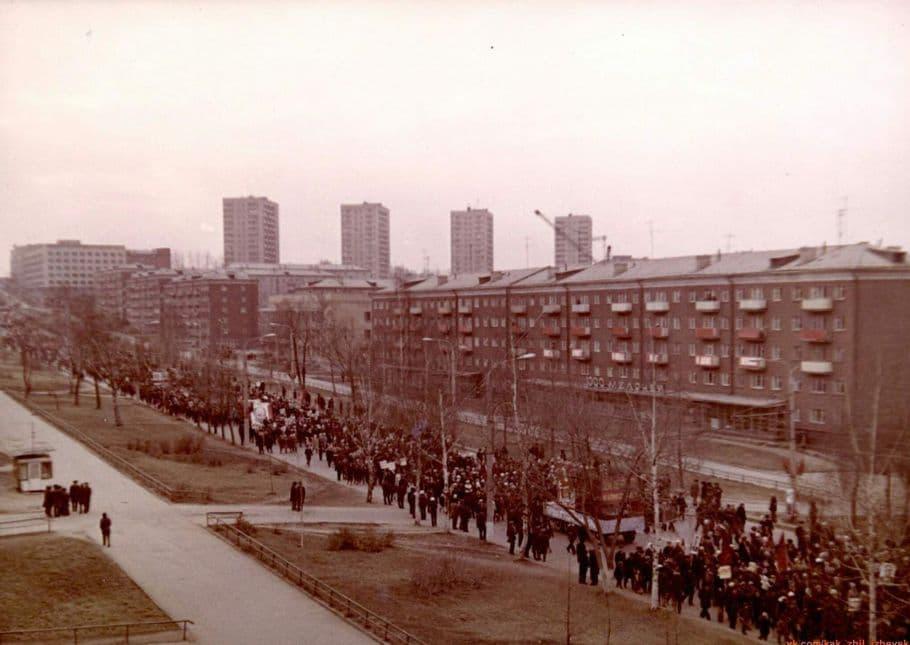 Демонстрация 1 мая 1970 года, улица Пушкинская, Ижевск.