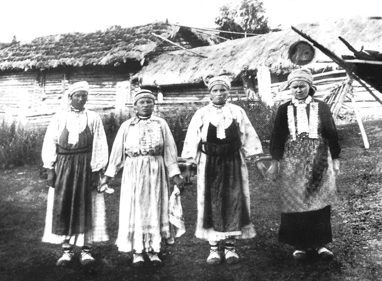 Южные удмурты. Молодые женщины в традиционной одежде. Сарапульский уезд. 1907 г. Удмуртская народная одежда.