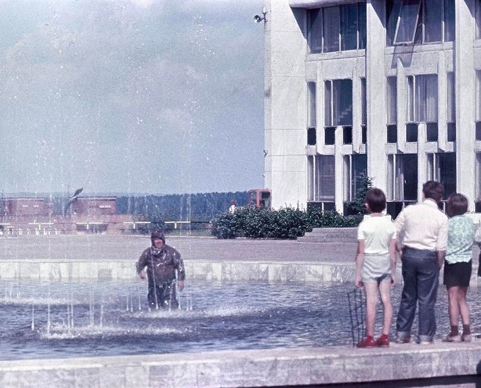 На центральной площади Ижевска в 1984 году. Фонтан.