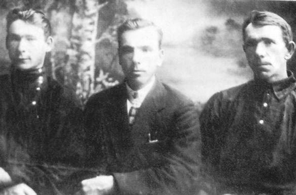 Муж Лины Григорьевны Иван Иванович Карачаев (в центре) с братьями.