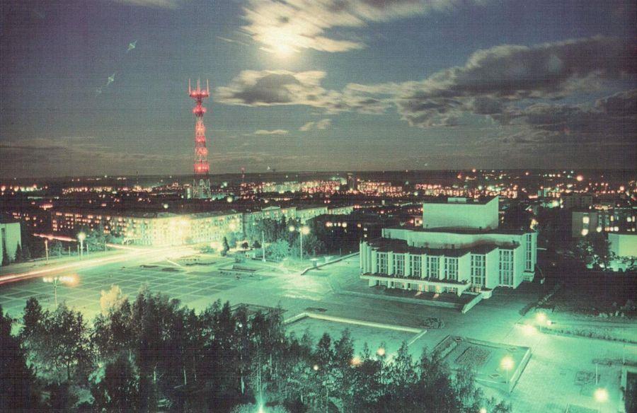 Центральная площадь Ижевска. Театр оперы и балета. Конец 90-х годов.