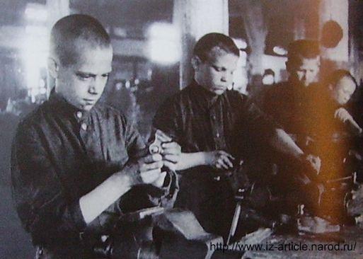 Подростки - рабочие Механического завода в годы войны.